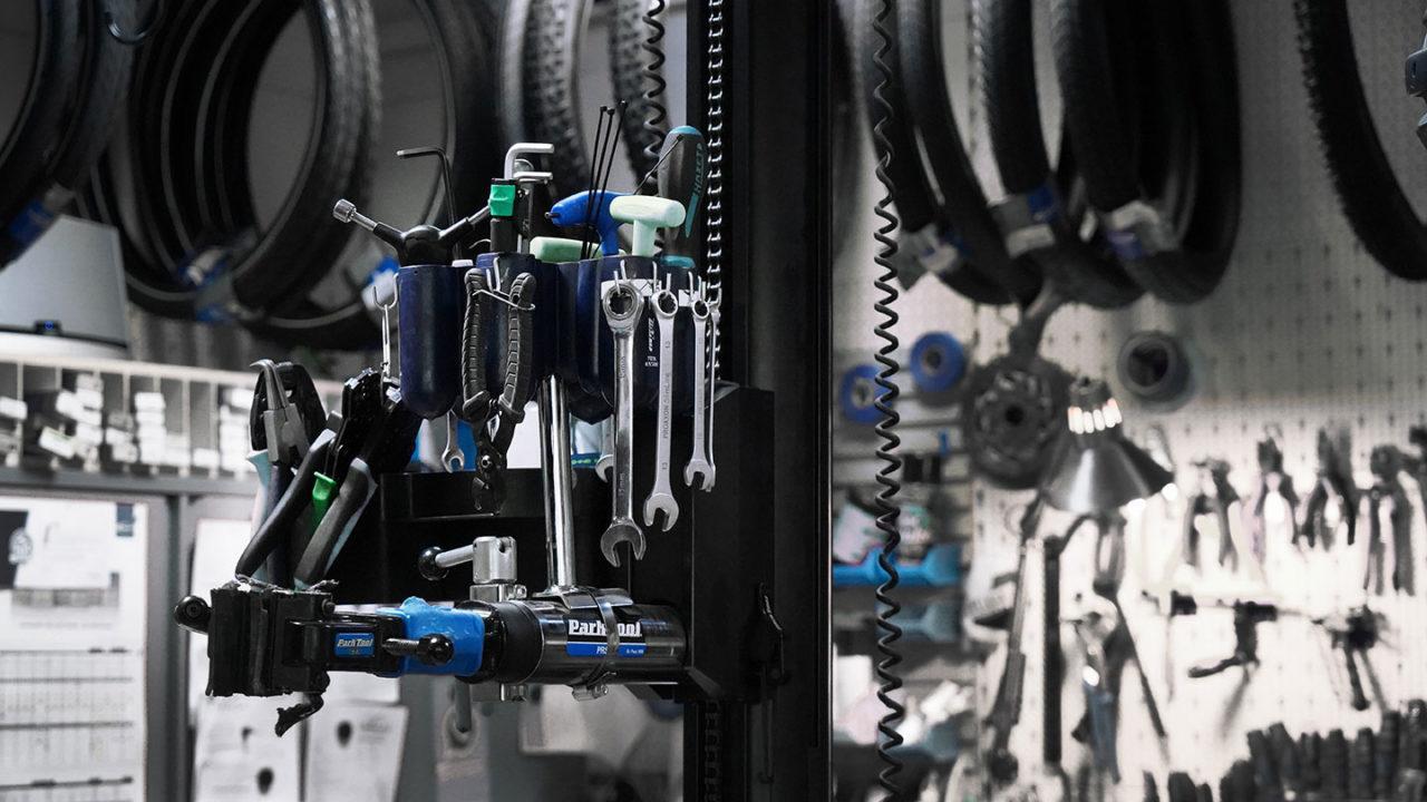 Fahrradreifen und Werkzeug