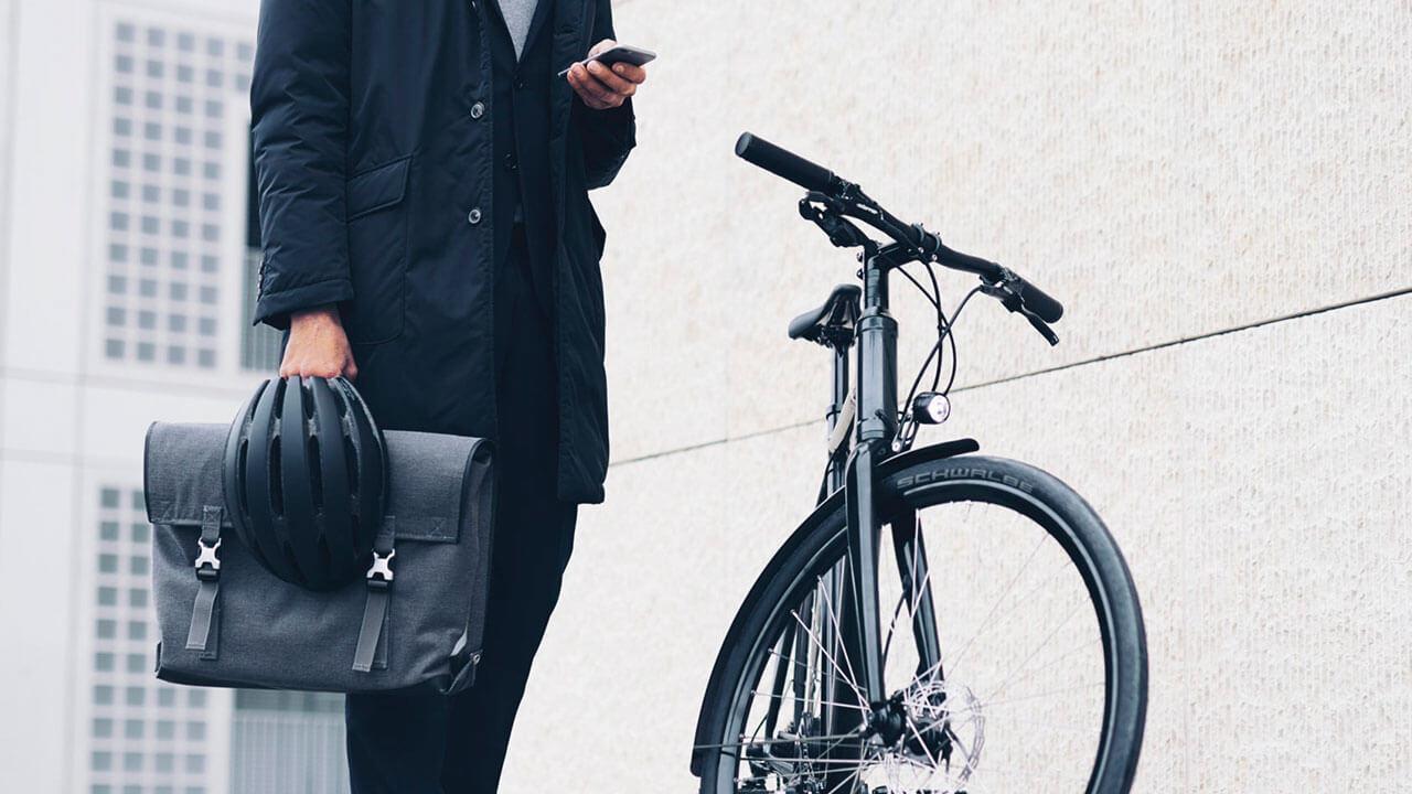 Mann mit Fahrradhelm und Fahrrad